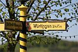 Historischer Wegweiser an der Heerstraße